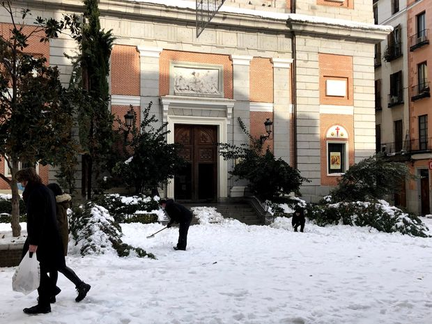Icy streets and packed metros: Madrid digs out from historic snowstorm in midst of pandemic 6