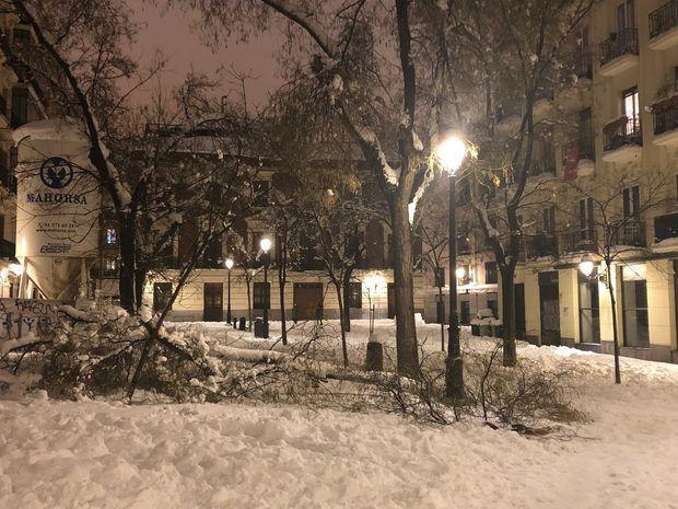 Icy streets and packed metros: Madrid digs out from historic snowstorm in midst of pandemic 7