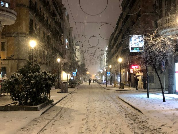 Icy streets and packed metros: Madrid digs out from historic snowstorm in midst of pandemic 3