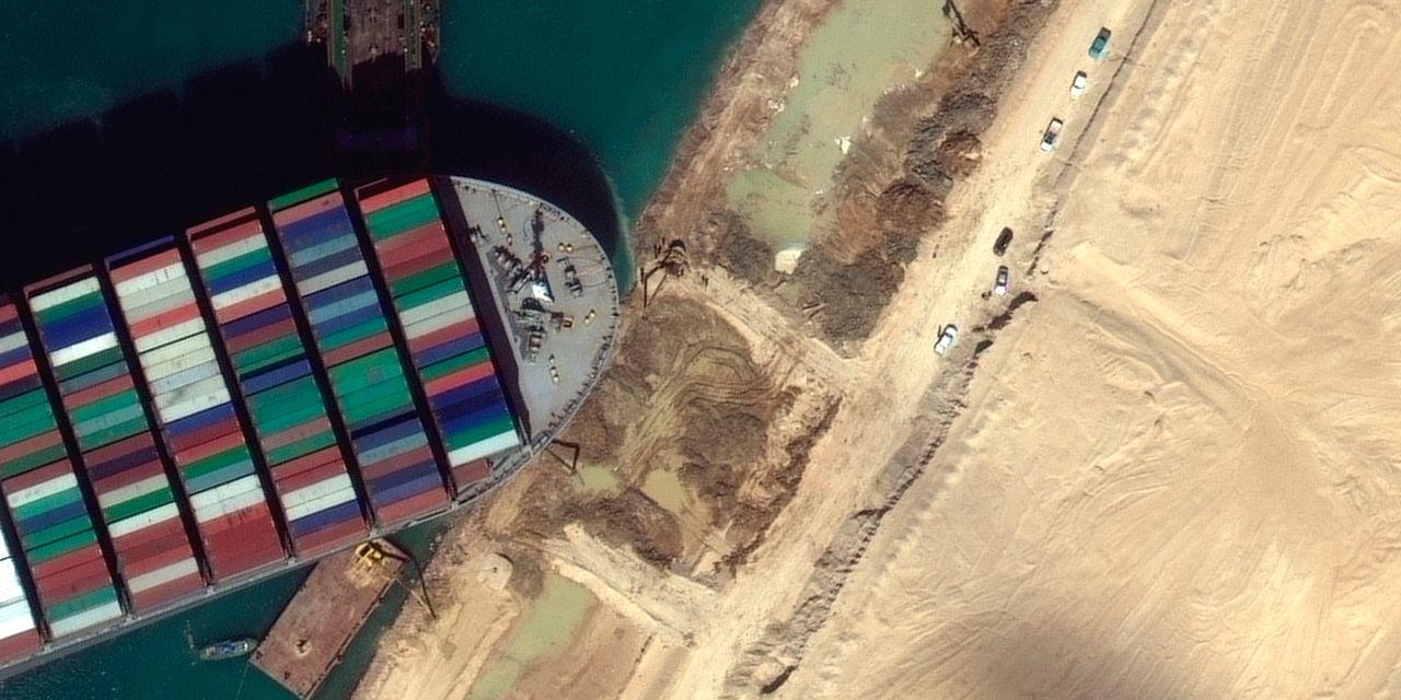 Buque de carga bloqueando el Canal de Suez parcialmente liberado