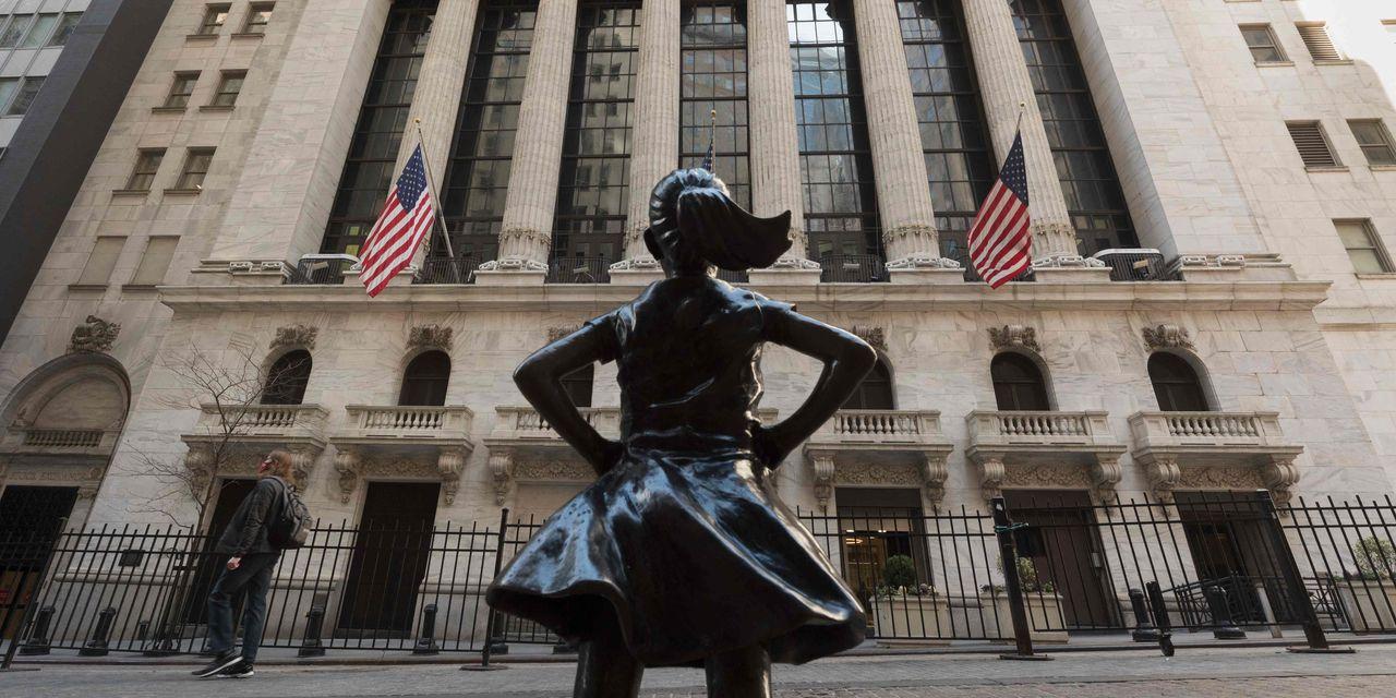 US stocks are falling lower as investors enter earnings streams