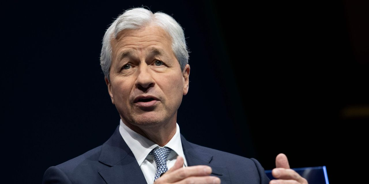 Jamie Dimon says JPMorgan is sitting on about $500 billion in cash, waiting to invest in higher rates