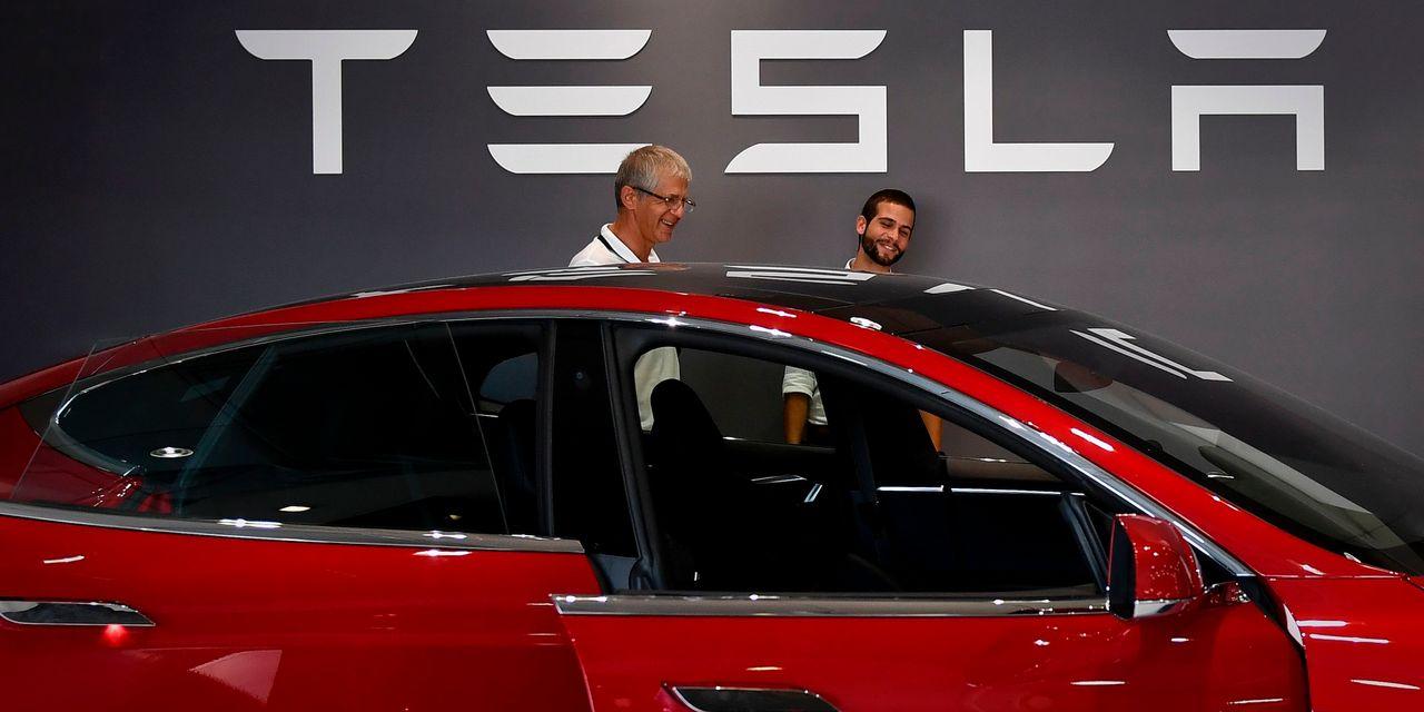 Tesla tops $1 billion in profit, delays Semi launch